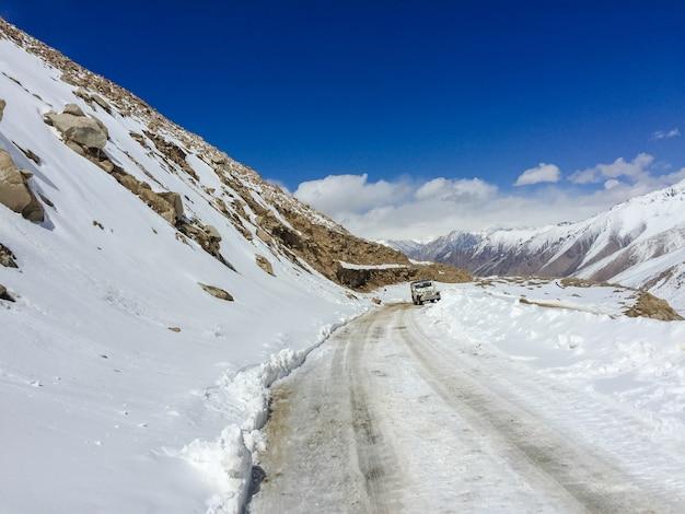 風光明媚な日光・ドライブ・雪の吹きだまりの霜