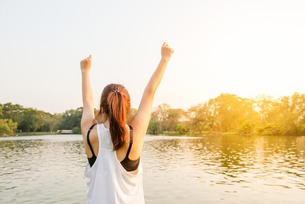 ライフスタイルの女性は幸福の女性を引き上げ