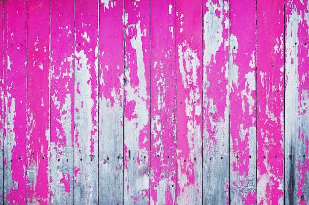 ピンクの塗料で描かれた古いひびの入った木製シールド