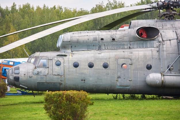 Старый военный вертолет окрашен в серый