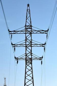 空と高電圧塔。