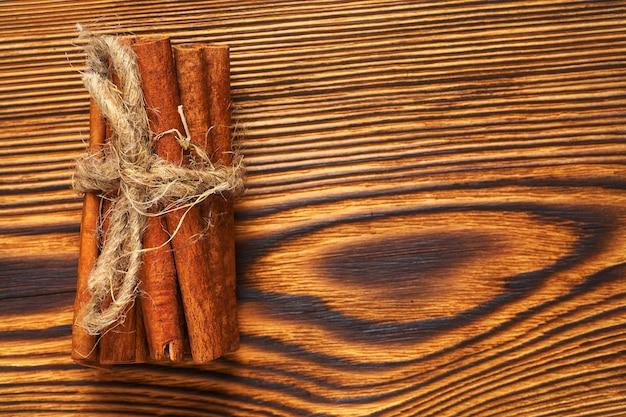 Пучок корицы, перевязанный веревкой на дереве