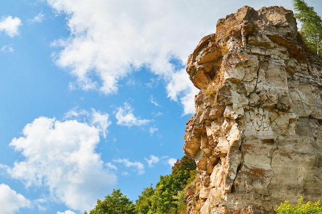 雲と青い空に黄色の岩。