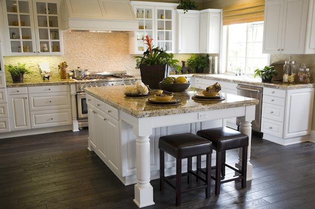 堅木張りの床とモダンなキッチン