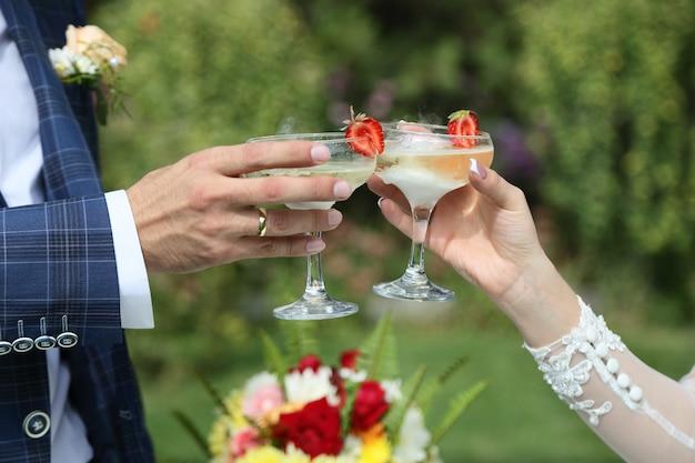 新婚夫婦の手にシャンパングラス。