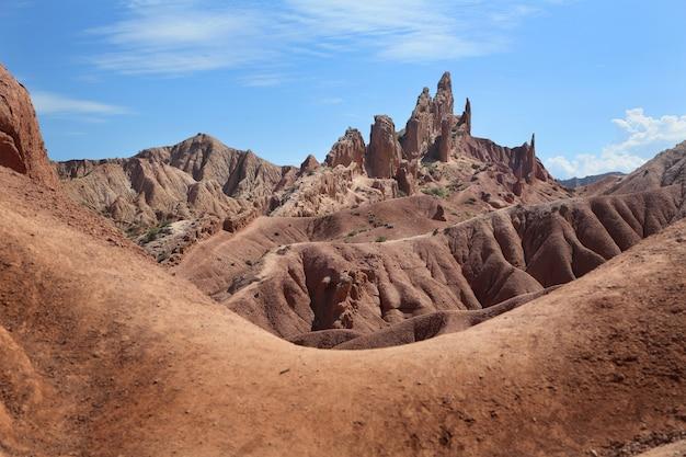 Живописные горы коричневого цвета