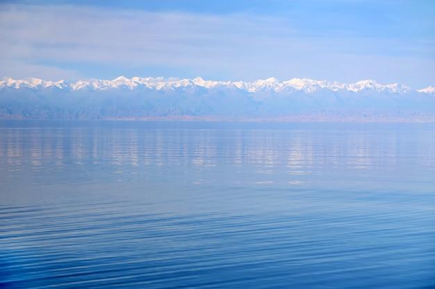 キルギスタンの山湖イシククル。