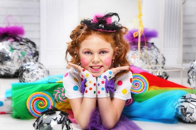 Портрет веселая маленькая девочка.