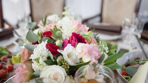 Свадебный декор. цветы в ресторане, еда на столе