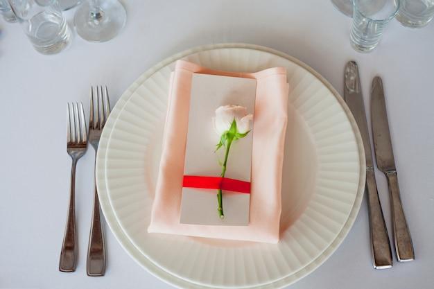Свадебный декор. персональный декор, гостевые карточки и сервировочные тарелки
