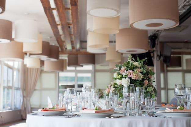 Свадебный декор. цветы в ресторане, сервировка стола