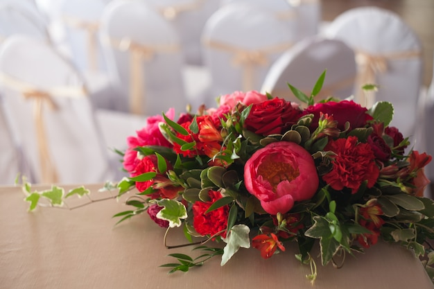Свадебный декор. красные цветы в ресторане, сервировка стола