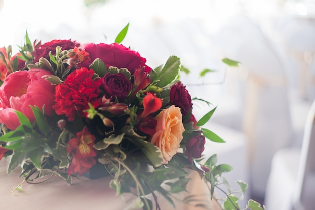 Свадебный декор. красные цветы в ресторане, мягкая картинка