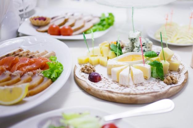 前菜。さまざまな種類のチーズ、サラミ、生ハム。装飾テーブル、ビュッフェ