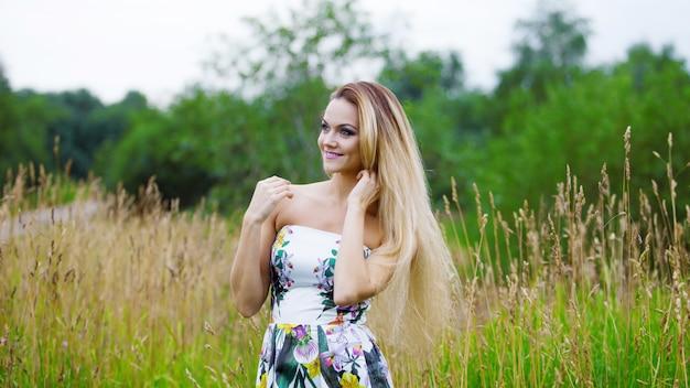 Красота девушки на природе наслаждаясь природой