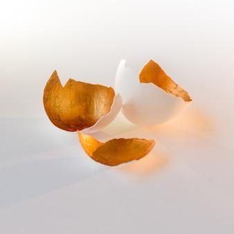 Символ новой жизни, яйца скорлупы. декоративный, золотой цвет внутри