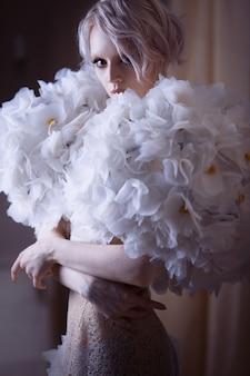 Мода красота модель женщина в белых розах.