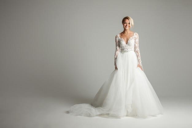 長いフルスカート、白、ダンス、笑顔のウェディングドレスの美しい花嫁