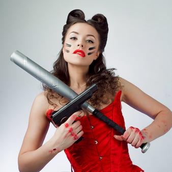 ウォーペイントの魅力的な女性、少女の力。バットを持つベイビーは深刻です