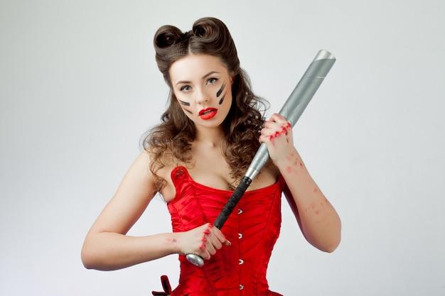 赤いコルセットの魅力的な女性。戦争ペイント、女の子パワーのスウィーティーベル