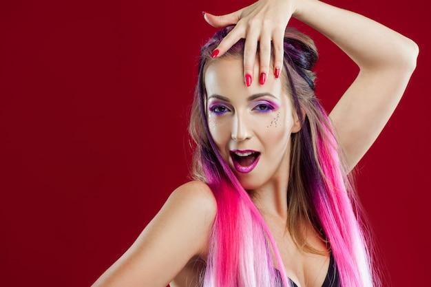 Портрет красивой и сумасшедшей девушки с розовыми волосами.