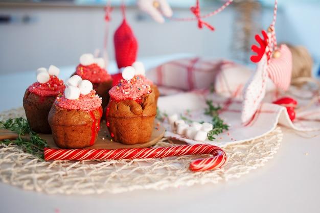 新年のお祝いカップケーキ、テーブルの上のチョコレートのマフィン