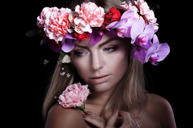 花の花輪の肖像若い美しい女性