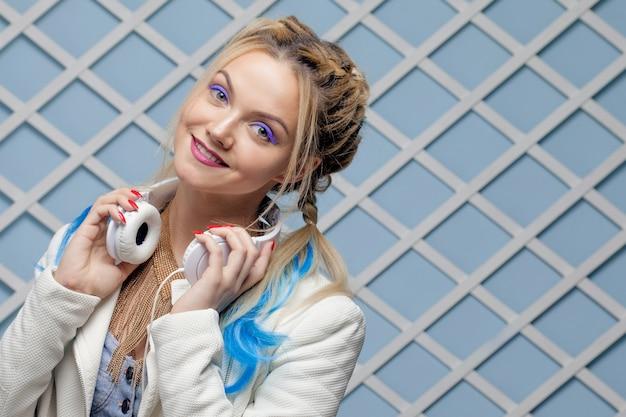 色の髪と大きなヘッドフォンを持つ少女。