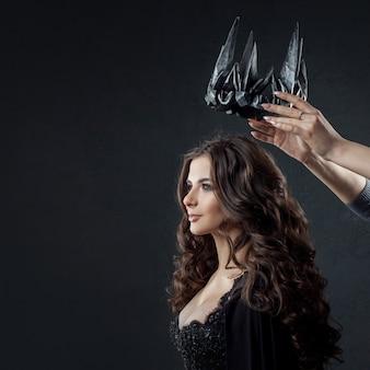 Коронация готической королевы. изображение на хэллоуин.