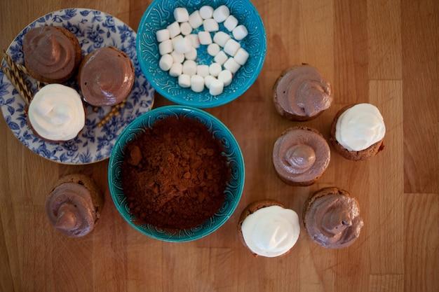 カップケーキとマフィンを調理するプロセス