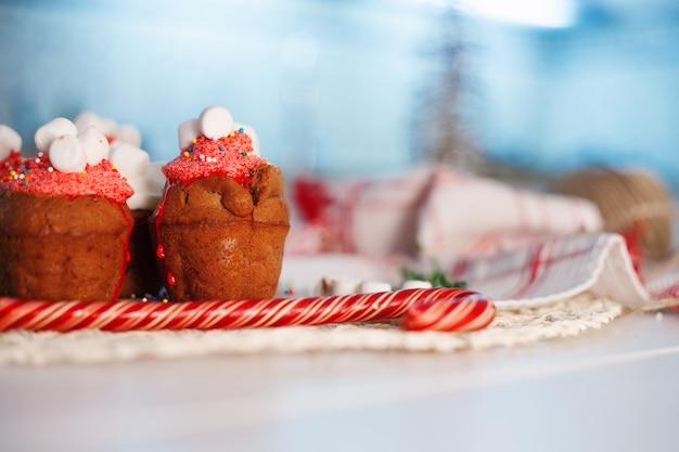 キャンドルとキャンディーのテーブルの上のチョコレートのマフィン