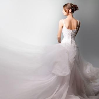 Красивая невеста в роскошном свадебном платье