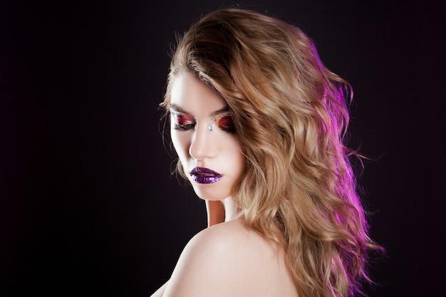 創造的なメイクで美しい少女。魅力的なブロンド、長い髪の肖像画