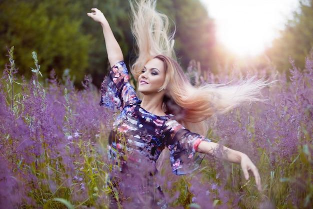 自然と一人での美しさの少女
