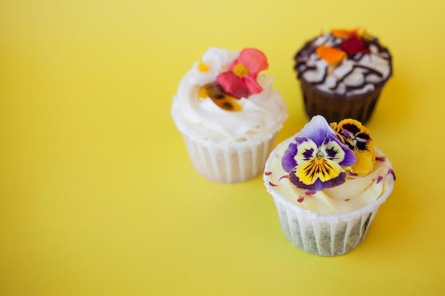 Набор вкусных кексов с разными начинками и сливками. три булочки со сливками