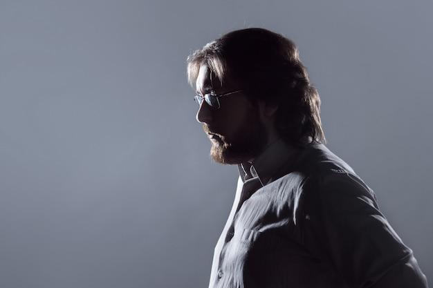 ひげ、灰色の背景、シルエットのプロファイルを持つ男。