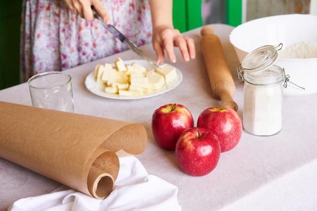 Выпечки ингредиенты размещены на столе, готовые для приготовления пищи. концепция приготовления пищи, кухня