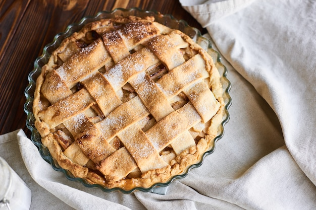アメリカのアップルパイと木製の食材。上面図。