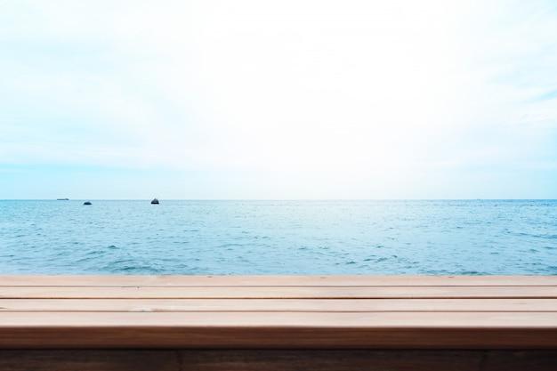 自然の風景と木製のテーブルトップ