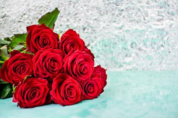 背景のボケ味の赤いバラ。