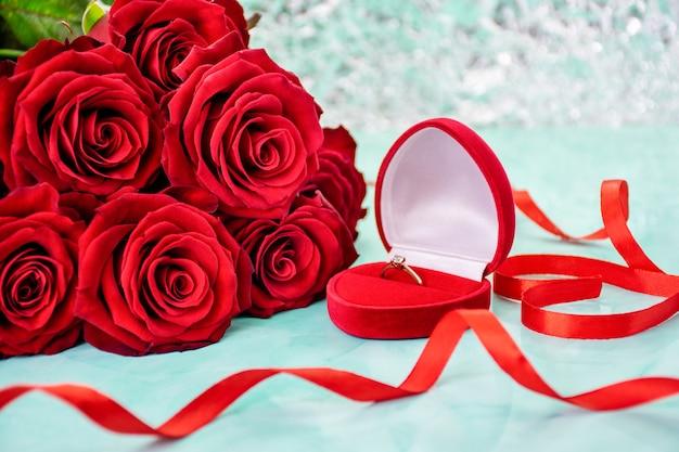 背景のボケ味の赤いバラ。リング付きボックス。