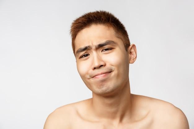 Портрет молодого азиатского человека показывая жест