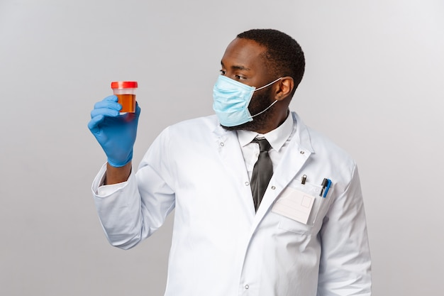 Портрет афро-американского доктора в белой форме.