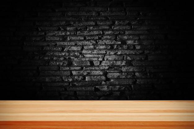 Абстрактный черный гранж-кирпич и деревянный стол.