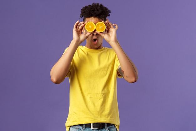 ジェスチャーを示す黄色のシャツを着た若いアフリカ系アメリカ人。