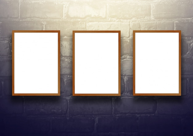 黒いレンガの壁に空の木製の看板を持つスタジオの背景 - 現在の製品によく使用します。ヴィンテージトーン。