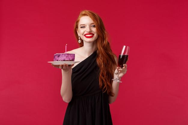 誕生日を祝う豪華な女性らしい若い赤毛の女性の上半身の肖像