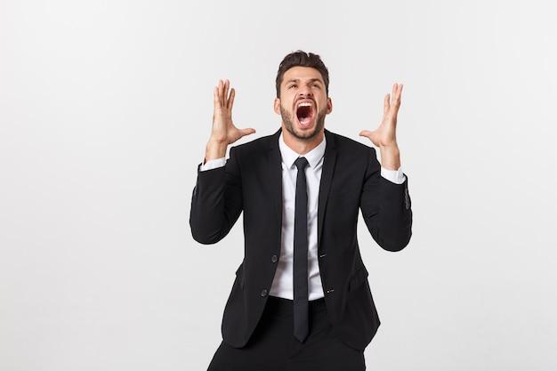 Бизнесмен с длинной бородой над изолированной стеной, крича с широко открытым ртом
