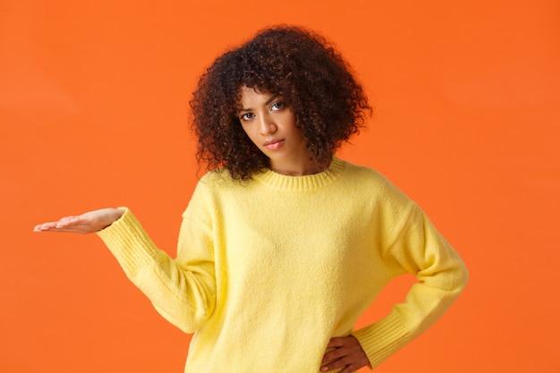 巻き毛の邪魔にならない、不注意な印象のない不機嫌そうなアフリカ系アメリカ人女性