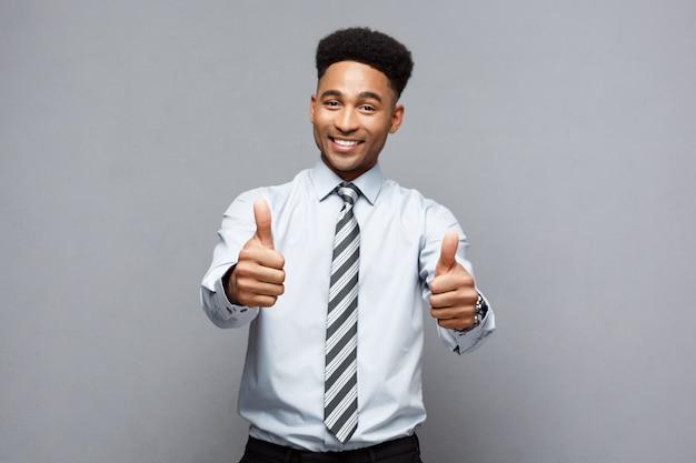 ビジネスコンセプト - 成功したアフリカ系アメリカ人のビジネスマンは彼の前に拍手を見せている。